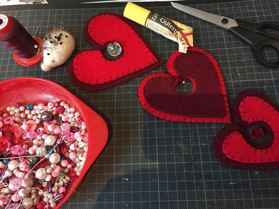 Basteln mit Filz, Dekoration für den Valentinstag, einfache DIY-Projekte aus Filz, Basteln für den Valentinstag, Herzen aus Filz basteln, nähen mit dickem Filz, nähen mit der Hand, ohne Nähmaschine nähen, mit der Hand nähen, handwerklich nähen, Knopflochstich nähen, wie geht der Knopflochstich, Stoffkanten mit der Hand versäubern, Säume sichern ohne Nähmaschine Overlockmaschine, saubere Stoffkanten ohne Overlocknähmaschine, kostenlose Anleitung mit Druckvorlage für Valentinstag