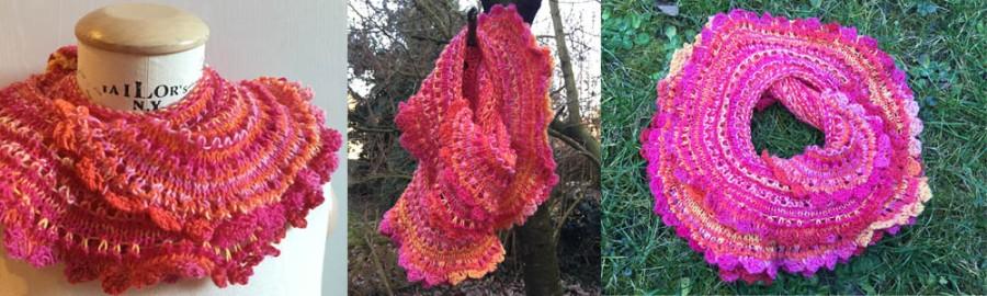 der möbiusschal aus roter Sockenwolle ist fertig