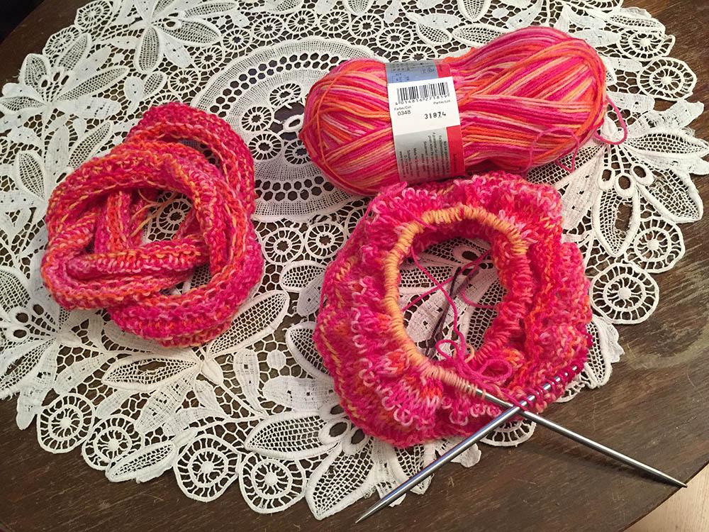 ein Möbiusschal aus roter Sockenwolle stricken