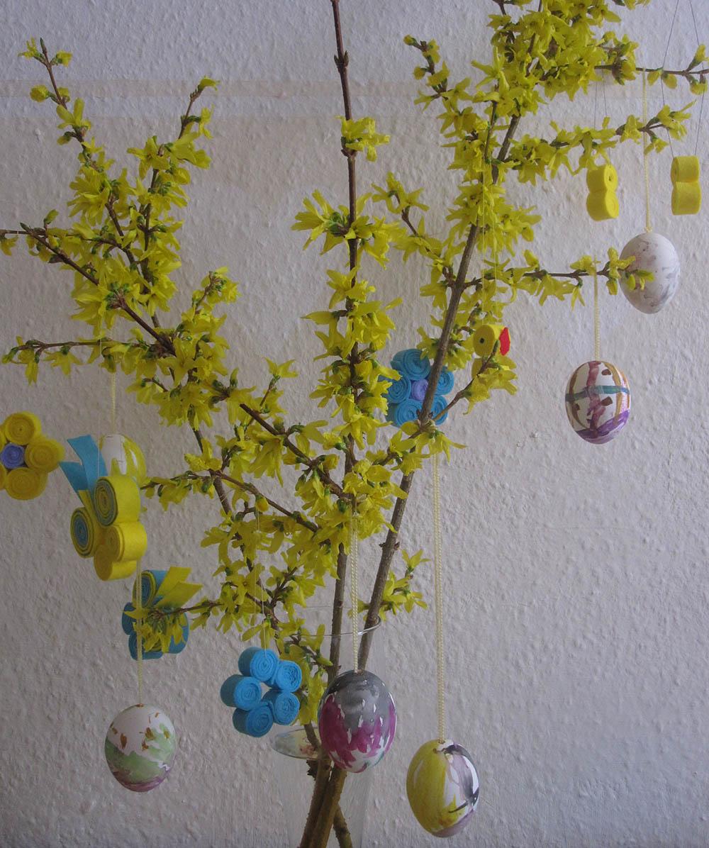 Osterdekoration aus Filz basteln: Schmetterling und Blüten