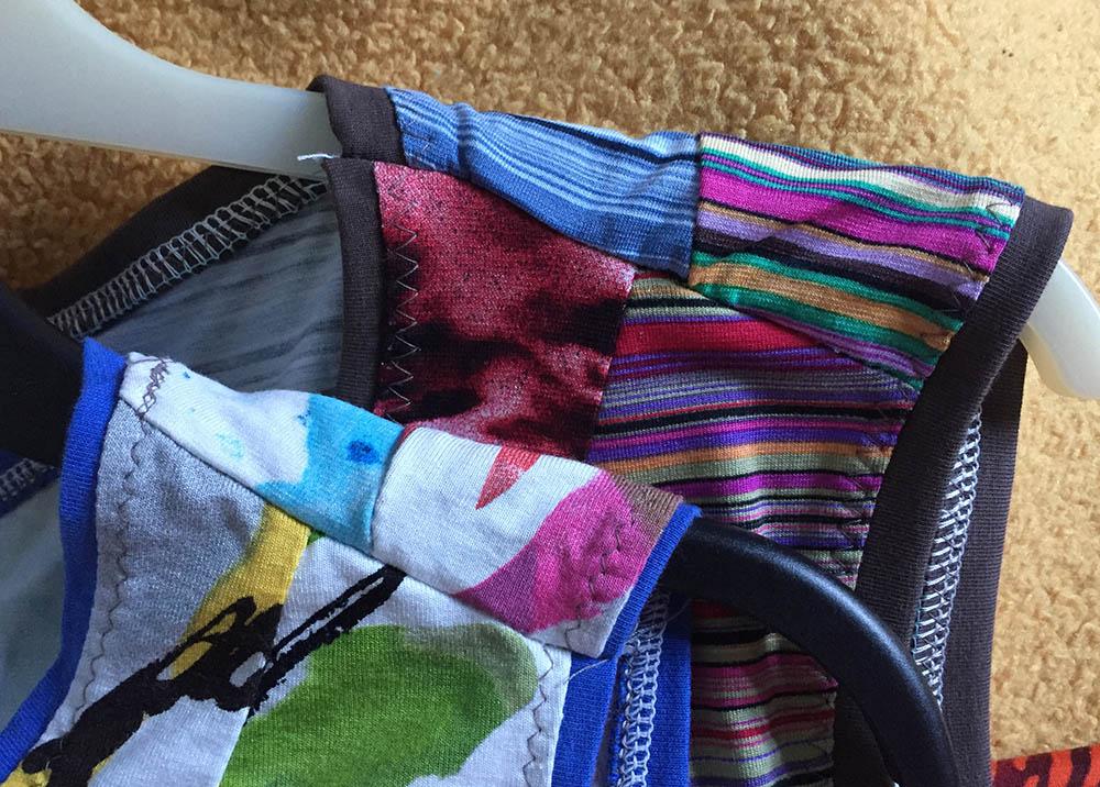 Schnittmuster selber konstruieren, Schnittkonstruktion für Anfänger, einfache Näh-Projekte für Anfänger, dehnbare Stoffe nähen, Stoffe versäubern, Stoffkanten mit Jerseystreifen einfassen, Stoffreste verarbeiten, Kleider aus verschiedenen Stoffen zusammen setzen, Stoffkanten mit Jerseystreifen versäubern, einfaches Kleid nähen, Kanten versäubern für Anfänger
