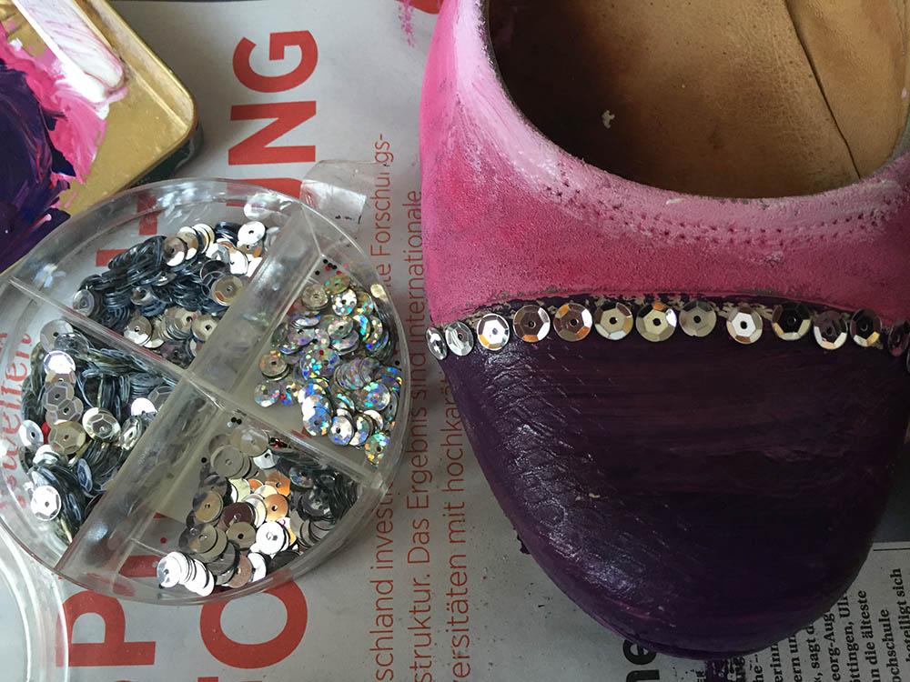 Jerseystoff nähen, kostenlose Anleitung, Schnittkonstruktion für Anfänger, Schnittmuster selber konstruieren, Schuhe für Karneval, Stoff zuschneiden, Stoffkanten mit Jerseystreifen versäubern, Stoffkanten mit Stoffstreifen einfassen, ein Schnittmuster stoffsparend zuschneiden