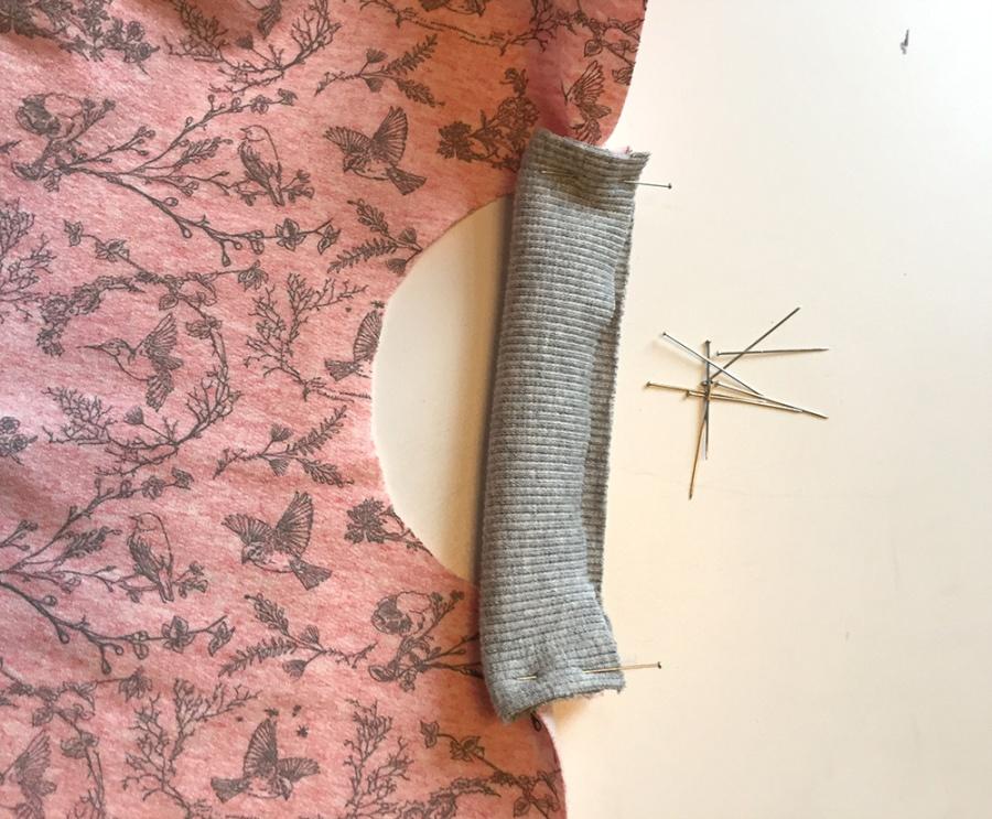 Unterschiedliche Stoffweiten gleichmäßig verteilen, selber Taschen in ein Schnittmuster einzeichnen, Schnittmuster für ein Shirt mit Taschen, Taschen Tascheneingriff mit Bündchenstoff einfassen, Taschenbeutel an das Vorderteil anstürzen verstürzen, Schnittmuster für Taschenbeutel, Schnittmuster für Kinder, Schnittkonstruktion für Anfänger, Shirt mit Langarm langem Ärmel und Taschen Schnittmuster nähen, kostenloses Schnittmuster Shirt Kind, Shirt für Kinder nähen für Anfänger,